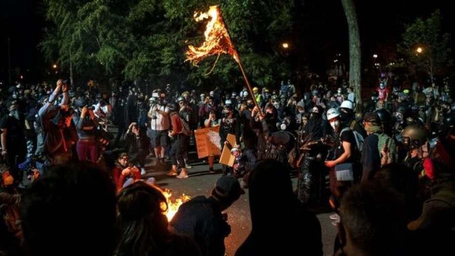 A szélsőbalos csőcselék zászlót és Bibliát égetett Portlandban